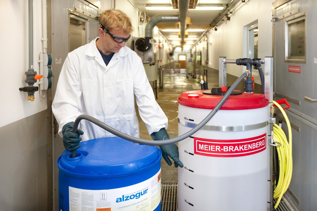 The ideal technical solution for the application of Alzogur: The disinfection trolley MBDes200! The intake lance which is included in the Alzogur-set makes it possible to remove Alzogur directly from the storage drum and safely fill it in the mixing container. Floor and protective clothing stay clean.