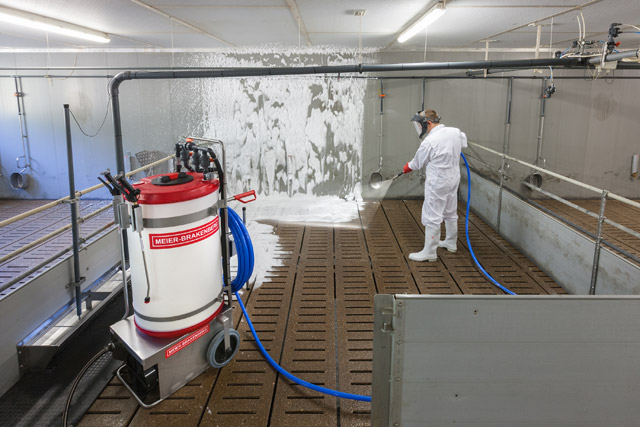 After foaming in the pen of pig or poultry stable, the disinfecting foam has to be flushed away from the ground or sluts. Suitable for this application is the integrated flushing function with serially delivered flushing lance.