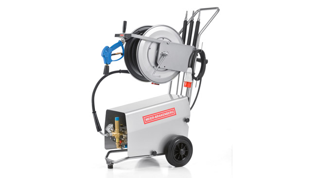 The compact professional high-pressure cleaners MBH1260k and MBH1500k supply 21 l or 25 l water output per minute. Suitable for machine cleaning or in milking parlors. In the picture: incl. optional stainless steel hose drum.