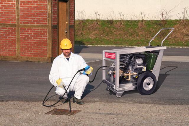 The mobile fuel driven professional high-pressure cleaner is used wherever there is no power supply, as illustrated here during sewer cleaning.