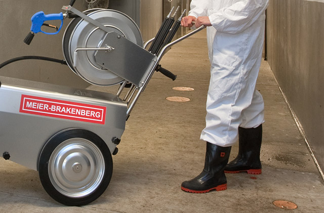 The handle of our professional high-pressure cleaner MBH is in an ergonomic position and ensures easy manoeuvring - easy on your back, easy to tilt and yet stable and manoeuvrable! Here you can see one on the way to a pen.