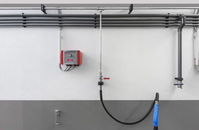 This stainless steel line installed on the central aisle forms an outlet at the T-piece to a high-pressure boot cleaner which is ideally suitable for integration into a stationary high-pressure line.