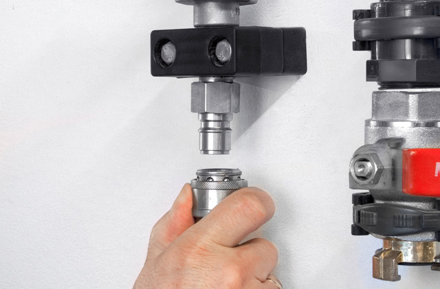 High-pressure taps made completely of stainless steel provide long service life and low wear. Quick couplings shorten set-up times.