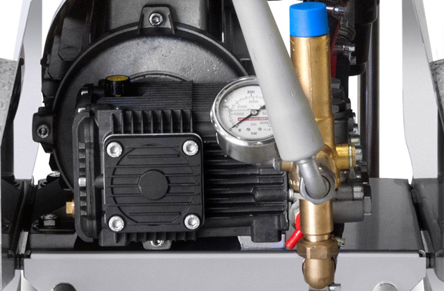 The robust high pressure pump of the MBH 1260k is equipped with solid brass connecting rods and designed for long term service.