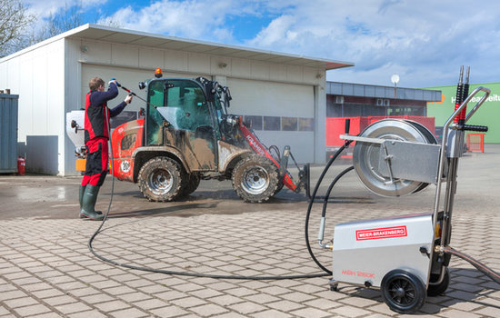 The agile and compact pressure cleaner MBH1260k is suitable for cleaning machines and vehicles – like in the picture to clean diggers, wheel loaders and machines for road building.