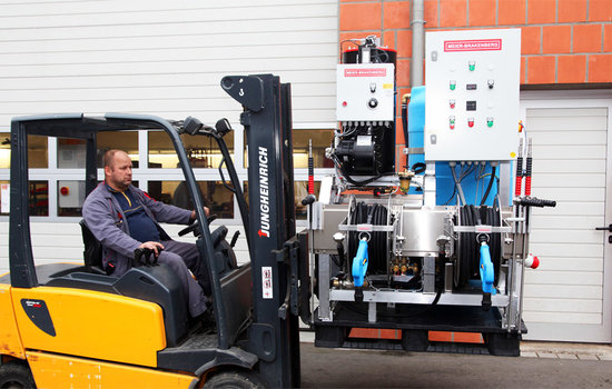The pallet loader offers at this special design a maximum of mobility for our high pressure cleaning unit with heating unit and feed tank.