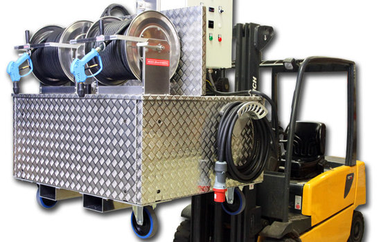 For optimum flexibility: the new developed professional pressure cleaner, prepared for transport by lift truck. This machine can easily be transported in business operations, like industrial units to change in short time the place of action. The application works with a large-volume plunger pump – frequency controlled.